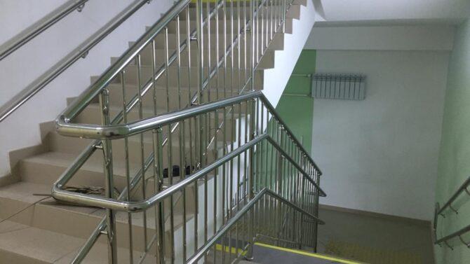 Какой высоты должны быть перила на лестнице?